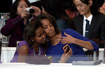 Le figlie di Obama fanno un selfie