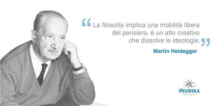 """ritratto fotografico di Martin Heidegger con la seguente citazione: """"La filosofia implica una mobilità libera del pensiero, è un atto creativo che dissolve le ideologie."""""""